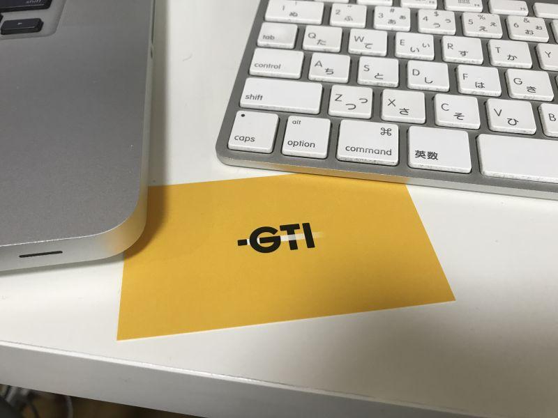 写真:株式会社ジーティーアイ ロゴマークとMacBook Pro と iMac のキーボード を並べてます。