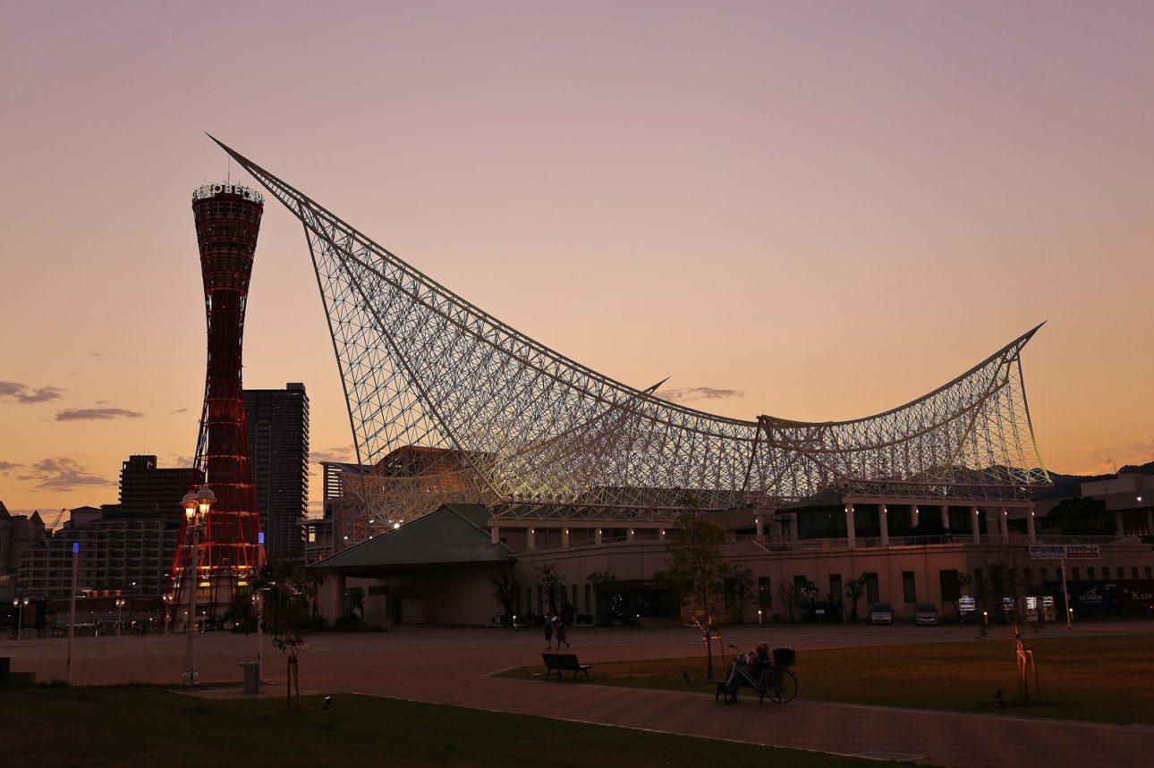 夕焼けに染まる神戸ポートタワーと神戸海洋博物館のフリー画像(写真)
