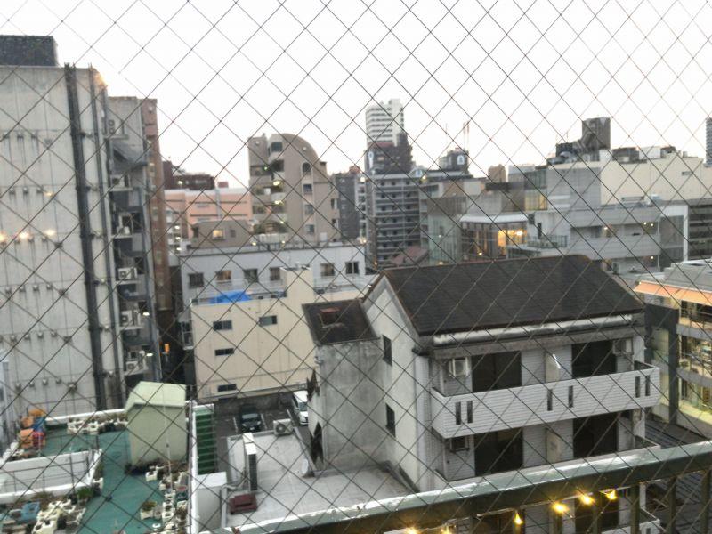 写真: 交流会会場となった midium さんの窓から見える景色。midiumさんは南風ビルの6階にあるため眺めが良いです。