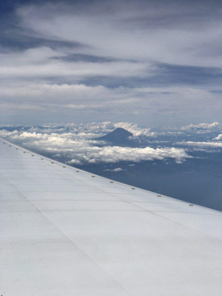 写真: 飛行機からの眺め。雨が降っていた福岡から空に飛ぶといい眺めでした。