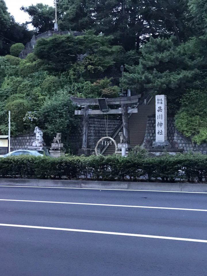 写真: 京急に品川から乗り込んで新馬場まで。途中の車窓から見えた品川神社。こんな都会にこんな大きな神社があるんですね〜。ここだけ空気が違う感じがしました。